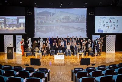 Fotografia de l'escenari i persones aixecant els braços i festejant al Influencers Day