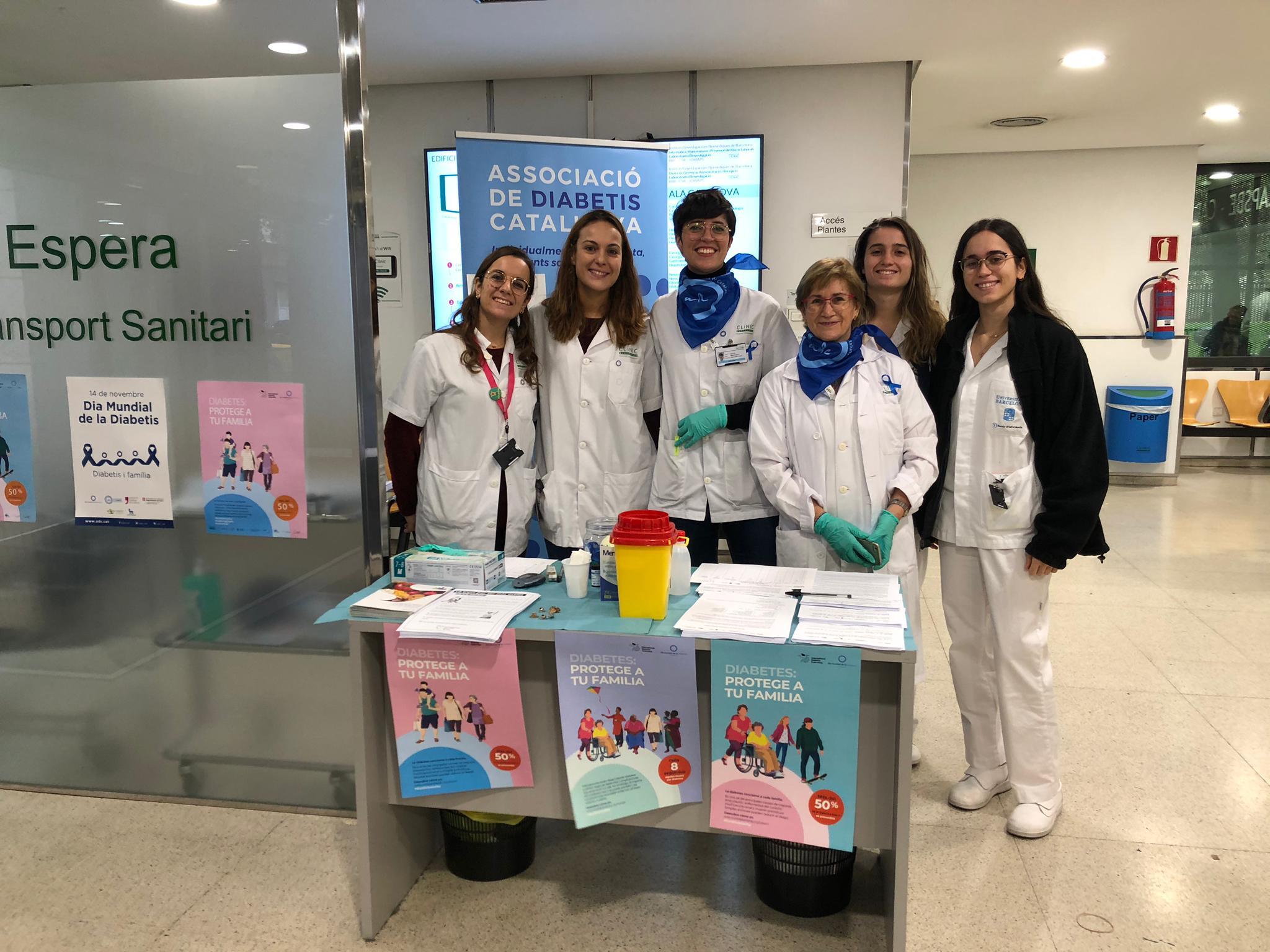 Fotografia de metges amb membres de l'ADC a l'Hospital Clínic