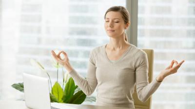 Dona meditant